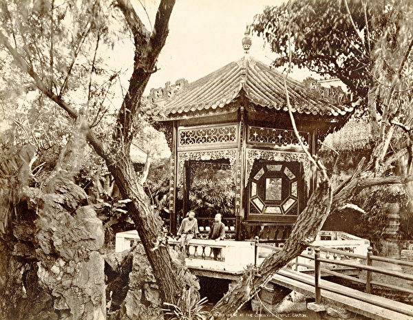 广州雅真照相馆,《广州长寿寺的凉亭》(Summer House at Longevity Temple, Canton),摄于1870年代,银盐照片。(Courtesy of the Stephan Loewentheil Historical Photography of China Collection)