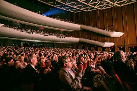 3月1日晚,神韵北美艺术团在维吉尼亚州诺福克克莱斯勒厅(Chrysler Hall)的演出爆满落幕。(李莎/大纪元)