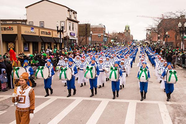 波士顿圣派翠克节游行队伍中,身着蓝白相间中国传统服装的160名乐团成员,方阵整齐,气势雄壮。(戴兵/大纪元)