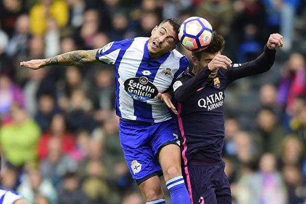 """巴塞罗那客场1-2不敌""""保级队""""拉科鲁尼亚。图为双方球员争球瞬间。 (MIGUEL RIOPA/AFP/Getty Images)"""