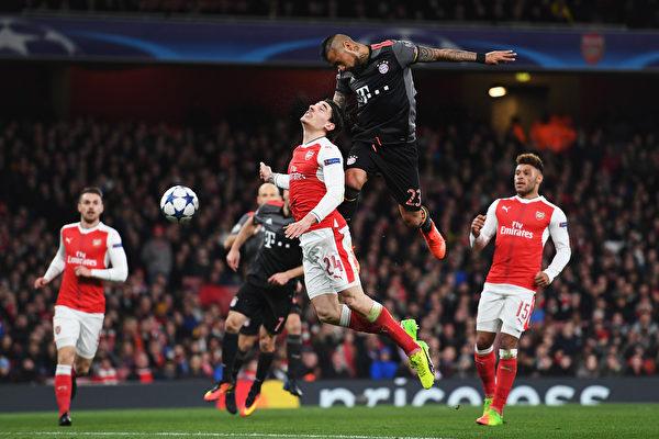 """阿森纳在主场以1-5不敌拜仁,刷新了""""十六郎""""新纪录。图为拜仁球员头球攻门瞬间。 (Shaun Botterill/Getty Images)"""