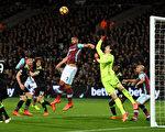 切尔西客场2-1力克西汉姆联,以10分优势领跑积分榜。图为双方在门前争球瞬间。 (Michael Regan/Getty Images)