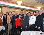 芝加哥旅遊局局長David Whitaker (左七)、他的中國太太(左六),和芝加哥華商會董事們合影。(唐明鏡/大紀元)