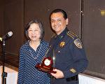 图:Rogene Gee Calvert(左)代表Houston 80-20向哈里斯郡警长Ed Gonzalez(右)赠送感谢礼物。(易永琦/大纪元)
