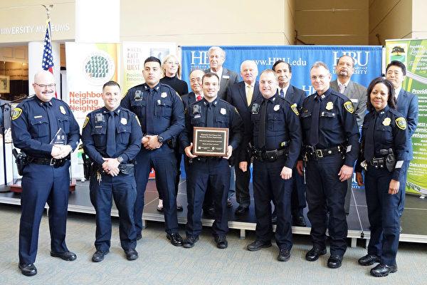 图:西南管理区委员会向西区分局特警/反帮派警队颁奖,前排右1为Mattie Provost副局长。(易永琦/大纪元)