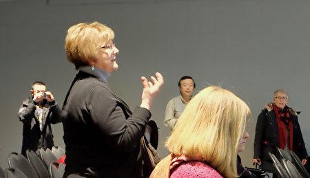 3月3日,安省商界人士退休者俱樂部成員Linda Woolnough看完《假孔子之名》後表示,這是非常棒的電影,很有教育意義。(周月諦/大紀元)