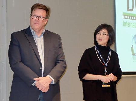 左起:前加拿大情报局亚太事务主管Michel Juneau-Katsuya与《假孔子之名》导演秋旻3月3日在安省出席了新片首映礼。(周月谛/大纪元)