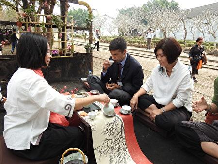 義大利駐台經濟文化貿易推廣辦事處代表蕭國君〈Mr.Scioscioli〉〈穿西裝者〉18日在2017年世界搏茶會中,享受悠閒浪漫的品茗氣氛。(蔡上海/大紀元)