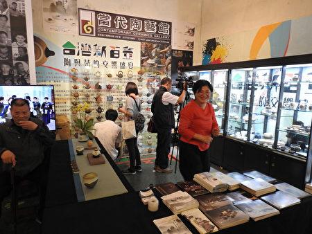 在2017年世界搏茶會中,民眾高興的享受陶與茶的交響盛宴。(蔡上海/大紀元)