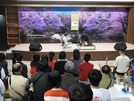 在2017年世界搏茶會中,民眾聚精會神觀賞日本茶藝。(蔡上海/大紀元)
