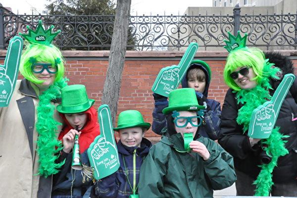 多伦多的St. Patrick节游行,吸引各族裔参加 。(大纪元资料图)
