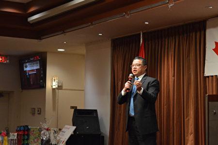 圖:大溫哥華台灣同鄉會新春晚會,溫哥華市議員雷振華到場祝賀。(邱晨/大紀元)