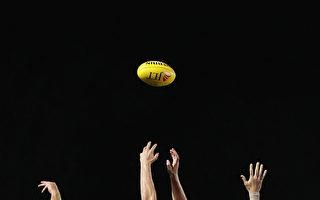 在AFL大使Michael Long的帮助下,非营利组织Footys4all将其过半的足球送给偏远的土著社区。(Darrian Traynor/Getty Images)