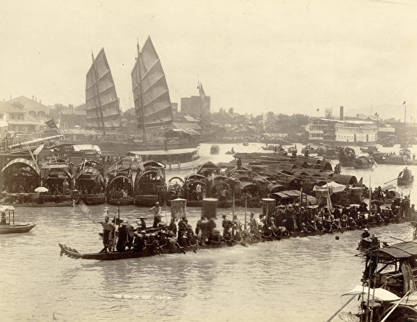 广州雅真照相馆,《龙舟》(The Dragon Boat),摄于1870年代,银盐照片。(Courtesy of the Stephan Loewentheil Historical Photography of China Collection)
