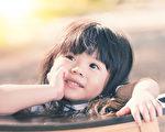 允许孩子与父母双方单独度过自己的时间,这有很大的作用。经历独处有助于个人学会某种特定的任务,创造性地思考,处理自己的情感。独处的时间如果恰当的话,那么甚至可以改善同情心与社会技能。(Fotolia)