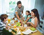 专家说,早餐对于学龄儿童而言特别重要,会影响其健康和学业成绩。图为一家人一起吃早餐。(Fotolia)