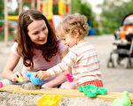 把绘本看成孩子的其中一种玩具,顺着孩子的好奇心,让孩子自己自发地产生出乐趣,一切都变得顺势而为,自然而然就达到了最终父母所求的教育目的。(Fotolia)