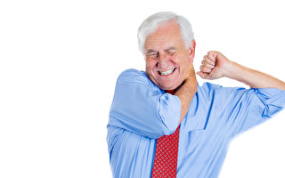 这位责任重的男人有脖子或肩膀酸痛的苦恼。(Fotolia)