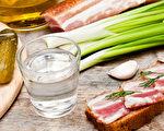 在众多的西方烈酒里,用伏特加代替米酒煮菜效果比较理想。(Fotolia)