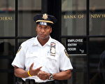 图为纽约联邦储备银行门口。(Andrew Burton/Getty Images)