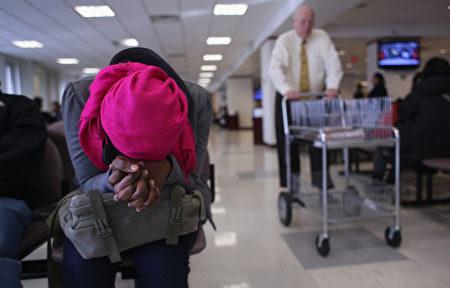 等候移民局官员面试的外国人。(John Moore/Getty Images)