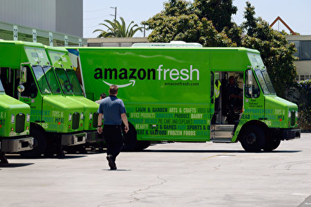 """德国媒体报导,亚马逊打算在德国开网上超市,4月首先在柏林开通。图为美国""""亚马逊鲜货""""的送货车。(Djansezian/Getty Images)"""