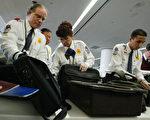 电子设备如果放进托运行李,可能被窃、损坏或黑客入侵。如何防范,专家提供建议。(Justin Sullivan/Getty Images)