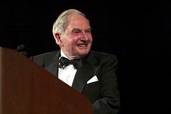 纽约亿万富翁、慈善家、洛克菲勒家族现存最年长成员大卫•洛克菲勒(David Rockefeller)去世。图为洛克菲勒在2003年出席一个活动。 (Photo by Brendan Smialowski/Getty Images)