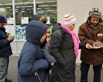 帮助低收入家庭获得食物帮助的组织看到最近寻求帮助的移民下降。(Spencer Platt/Getty Images)