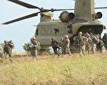 """2015年4月20日,美军第5步兵师的第2史特莱克旅级战斗队(2nd Stryker Brigade Combat),在菲律宾的一次空袭演习中,从C47""""支奴干""""直升机上下来。(TED ALJIBE/AFP/Getty Images)"""