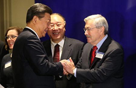 布兰斯塔德跟中国的关系可以追溯到1985年,当时正值他担任州长的第一任期。一名叫习近平的河北省年轻农业官员访问爱荷华。(Bettina Hansen-Pool/Getty Images)