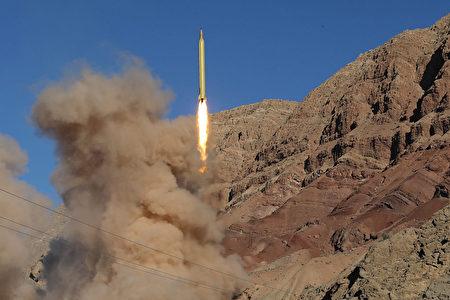 美国国务院周五(24日)表示,美国已经对包括中国在内30个外国公司或个体进行了制裁。图为伊朗试射导弹资料图。(Photo credit should read MAHMOOD HOSSEINI/AFP/Getty Images)