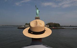 美国移民局下周一(4月3日)开始受理2018财年的H-1B工作签证申请,如果申请件数爆量,移民局仍将以电脑抽签方式决定H-1B员额的分配。(John Moore/Getty Images)