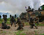 美国与韩国于2017年3月1日,开始举行年度的大规模联合军事演习、并检视用于对抗朝鲜威胁的军力。本图为2016年7月6日,美韩海军陆战队在浦项东南举行军演。(JUNG YEON-JE/AFP/Getty Images)