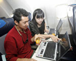 美国发出飞航禁令,自3月21日开始,从中东和北非等地10个国际机场直飞美国的9家航空公司班机,旅客不准将笔记本电脑等大部分电子设备装入手提行李登机。(STR/AFP/Getty Images)