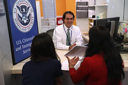 美國移民局官員面試外國申請人。(John Moore/Getty Images)