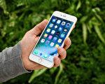 蘋果iPhone 7系列為了安全考量沒有採用快速充電功能,不過,有美國知名科技網透露兩個小竅門,為你輕鬆縮短充電時間。(Leon Neal/Getty Images)