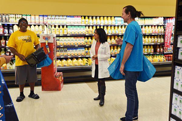 低廉的食品價格和激烈的競爭讓購物者得到實惠,但是扼殺了連鎖超市的利潤。(ROBYN BECK/AFP/Getty Images)