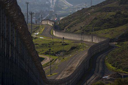 根据美国联邦政府3月17日公告,未来川普(特朗普)想要的美丽宏伟美墨边境墙,可能高达30英尺(约9公尺)。(DAVID MCNEW/AFP/Getty Images)