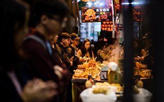 香港瞬息万变,也不像伦敦和巴黎那样有许多文物。但是香港最可靠的历史不在博物馆,不在建筑,而是藏在它的饮食当中。(ANTHONY WALLACE/AFP/Getty Images)