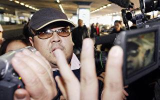 此照片拍攝於2007年2月11日,據信是金正男到達北京國際機場時,穿行在一群記者中。(JIJI PRESS/AFP/Getty Images)