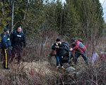 2月27日,一對自稱來自土耳其的夫婦,試圖在紐約州北部穿越美加邊境。(DON EMMERT/AFP/Getty Images)