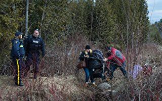 2月27日,一对自称来自土耳其的夫妇,试图在纽约州北部穿越美加边境。(DON EMMERT/AFP/Getty Images)