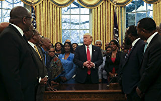 川普27日在白宮接待64名傳統非裔高等教育校長,邀他們進入橢圓形辦公室。(Aude Guerrucci-Pool/Getty Images)
