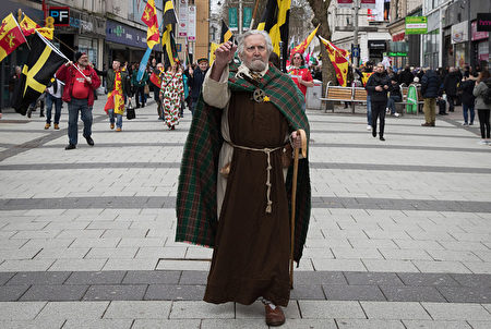 CARDIFF, WALES - MARCH 01: A man dressed as St David leads a parade, one of the largest events being held in Wales, to mark St David's Day, on March 1, 2017 in Cardiff, Wales. Across Wales numerous events are taking place to mark the day and to celebrate Welsh heritage and culture. St David, also known as Dewi Sant in Welsh, is the patron saint of Wales and although many associate St David with leeks or daffodils, his symbol is actually the Dove, which usually rests on his shoulder. (Photo by Matt Cardy/Getty Images)
