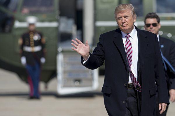 美國總統川普(特朗普)週六(3月4日)連發數則推文,指稱去年大選前幾週,前總統奧巴馬竊聽他的電話。(SAUL LOEB/AFP/Getty Images)