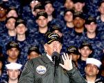 川普2日在弗吉尼亞州紐波特紐斯的福特號航母上對記者表示,他完全信任塞辛斯。圖為川普在福特號上對美國海軍和造船廠工人發表講話。(Mark Wilson/Getty Images)