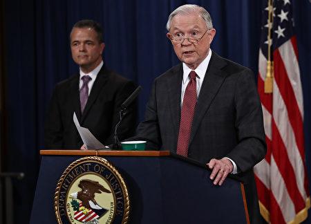 美国司法部长塞辛斯( Jeff Sessions,右)3月2日在美国司法部召开新闻发布会,回应记者对他会见俄国大使的指控。(Win McNamee/Getty Images)