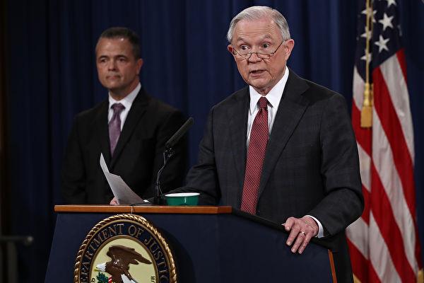 美國司法部長塞辛斯(Jeff Sessions)週五(28日)到訪紐約長島,對近年來氣焰囂張的黑幫犯罪組織MS-13發出嚴厲警告:「我們會緊盯著你!」(Win McNamee/Getty Images)
