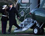 在川普深陷「俄羅斯醜聞」之際,似有必要回放希拉里擔任國務卿期間,因為一個鈾交易,由俄羅斯政府及相關企業的「實質接觸」及拿到的油水。(Alex Wong/Getty Images)